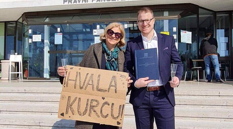 Sin diplomirao nakon 10 godina pa mu dala urnebesnu 'čestitku'